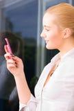 Mujer encantadora con el teléfono celular Foto de archivo libre de regalías