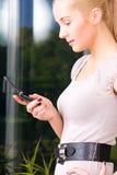 Mujer encantadora con el teléfono celular Imagen de archivo