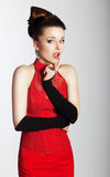 Mujer encantadora con estilo en mirada roja de moda de la alineada Foto de archivo libre de regalías