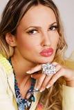 Mujer encantadora con joyería de lujo Imagen de archivo libre de regalías