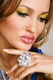 Mujer encantadora con joyería de lujo Foto de archivo