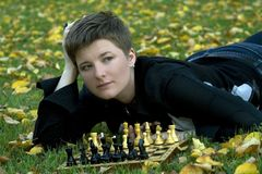 Mujer encantadora con la tarjeta de ajedrez imágenes de archivo libres de regalías