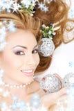 Mujer encantadora con las bolas de la Navidad Foto de archivo