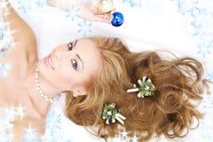 Mujer encantadora con las decoraciones de la Navidad Fotos de archivo