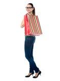 Mujer encantadora con los bolsos de compras Imágenes de archivo libres de regalías