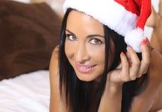 Mujer encantadora con un sombrero de la Navidad Imagenes de archivo