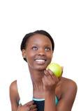 Mujer encantadora de la aptitud que come una manzana Fotos de archivo libres de regalías