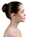 Mujer encantadora del perfil con los hombros descubiertos Imagenes de archivo