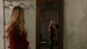 Mujer encantadora en el espejo que admira su reflexión almacen de metraje de vídeo