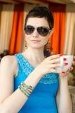 Mujer encantadora en un restaurante Foto de archivo libre de regalías