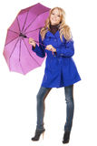 Mujer encantadora en una capa azul con el paraguas Fotos de archivo