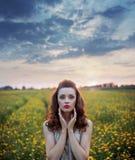 Mujer encantadora entre campos de las salvaje-flores Foto de archivo libre de regalías