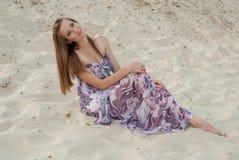 Mujer encantadora hermosa en la sonrisa de la arena Foto de archivo libre de regalías