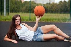 Mujer encantadora hermosa que lleva a cabo baloncesto disponible Imágenes de archivo libres de regalías