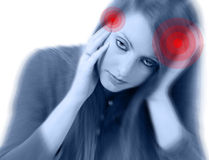 Mujer encantadora joven con dolor de cabeza severo Imagenes de archivo