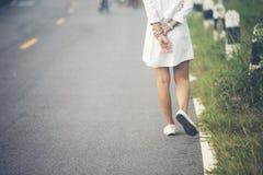 Mujer encantadora que camina en el camino Fotos de archivo libres de regalías