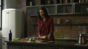 Mujer encantadora que cocina el smoothie en la cocina almacen de video