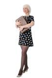 Mujer encantadora que presenta con la maleta retra Fotos de archivo