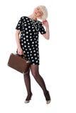 Mujer encantadora que presenta con la maleta retra Imagenes de archivo