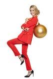 Mujer encantadora que sostiene la bola de oro grande del árbol Feliz Año Nuevo Foto de archivo libre de regalías
