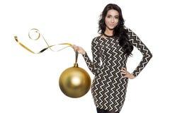 Mujer encantadora que sostiene la bola de oro grande del árbol Feliz Año Nuevo Imagen de archivo