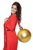 Mujer encantadora que sostiene la bola de oro grande del árbol Feliz Año Nuevo Fotos de archivo libres de regalías