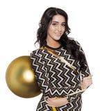 Mujer encantadora que sostiene la bola de oro grande del árbol Feliz Año Nuevo Fotos de archivo