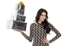 Mujer encantadora que sostiene los regalos Feliz Año Nuevo Case la Navidad Imagen de archivo