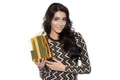 Mujer encantadora que sostiene los regalos Feliz Año Nuevo Case la Navidad Imágenes de archivo libres de regalías