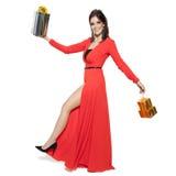 Mujer encantadora que sostiene los regalos Feliz Año Nuevo Case la Navidad I Imágenes de archivo libres de regalías