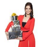 Mujer encantadora que sostiene muchos regalos Feliz Año Nuevo Foto de archivo libre de regalías