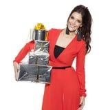 Mujer encantadora que sostiene muchos regalos Feliz Año Nuevo Fotos de archivo