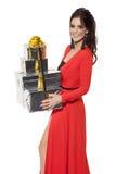 Mujer encantadora que sostiene muchos regalos Feliz Año Nuevo Case Christm fotografía de archivo