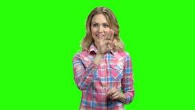 Mujer encantadora que trabaja en la pantalla virtual almacen de video