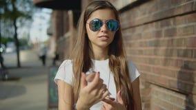 Mujer encantadora 30s que busca la manera correcta en un compás en la ciudad almacen de metraje de vídeo
