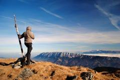 Mujer encima de la montaña foto de archivo libre de regalías