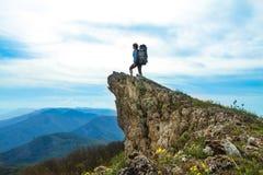 Mujer encima de la roca Imagen de archivo libre de regalías