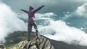 Mujer encima de una montaña almacen de metraje de vídeo