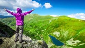 Mujer encima de una montaña 4k, 25fps metrajes