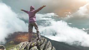 Mujer encima de una montaña 4k, 25fps almacen de video