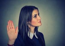 Mujer enfadada con la mala actitud que da charla al gesto de mano Imagen de archivo