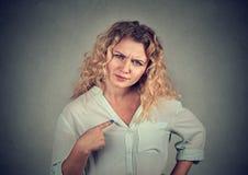¿Mujer enfadada enojada que le pregunta que habla conmigo? Foto de archivo