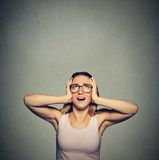 Mujer enfadada, infeliz, subrayada que cubre sus oídos, mirando para arriba Imagen de archivo