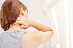Mujer enferma con dolor imagenes de archivo