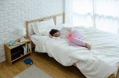 Mujer enferma con dolor foto de archivo libre de regalías