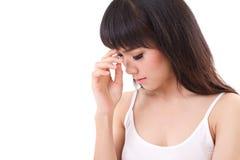 Mujer enferma con el dolor de cabeza, jaqueca, tensión, sensación negativa Imagen de archivo libre de regalías