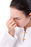 Mujer enferma con el dolor de cabeza, jaqueca, tensión, sensación negativa Imágenes de archivo libres de regalías