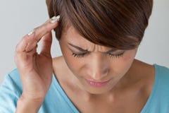 Mujer enferma con el dolor, dolor de cabeza, jaqueca, tensión, insomnio foto de archivo libre de regalías