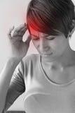 Mujer enferma con el dolor, dolor de cabeza, jaqueca, tensión, insomnio fotos de archivo libres de regalías