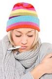 Mujer enferma con el termómetro en su boca Fotografía de archivo